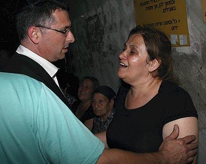 Ministro de Educacion consuela a la madre de una de las victimas