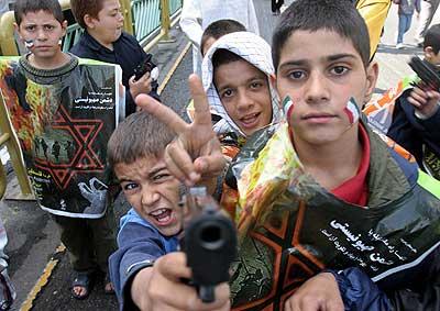 Niños iraníes en una marcha en Teherán.
