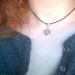 Usando la estrella de David en solidaridad con los judíos