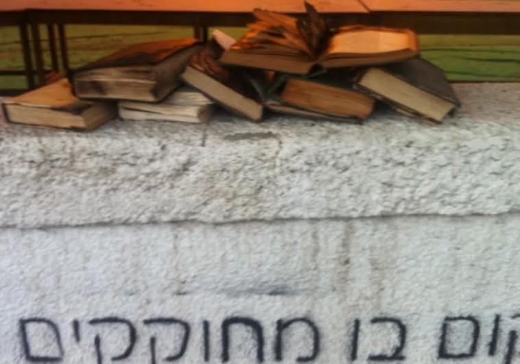 libros-quemados-fuera-sinagoga_TelAviv2