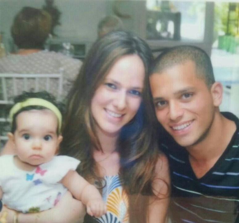 """Yohai Kalangel Z""""L junto a su esposa Tali y su bebé."""