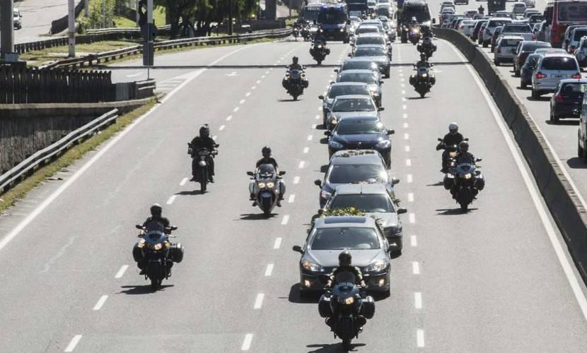 El cortejo fúnebre que traslada los restos del Fiscal Nisman desde la Casa velatoria al Cementerio israelita de La Tablada, en las afueras de la capital argentina