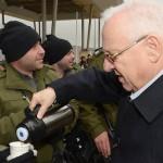 El presidente israelí lleva té caliente a la policía