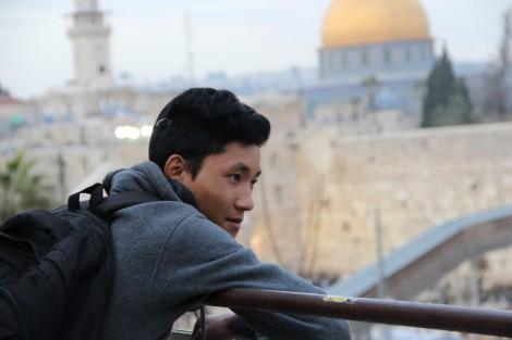 Uno de los integrantes de los Bnei Menashe, contemplando el Kotel antes de llegar a el.