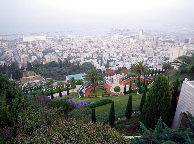 La ciudad de Haifa, con los famosos jardines Baha'i en primer plano.