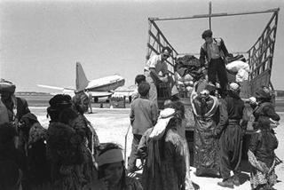 Inmigrantes de Irak arribando al aeropuerto de Lod - actual Aeropuerto Ben Gurion - en 1951.