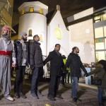 Ejemplo: Musulmanes de Noruega formaron anillo humano de protección alrededor de una sinagoga