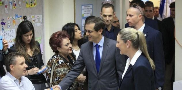 El candidato de la Unión Sionista, Herzog, vota.