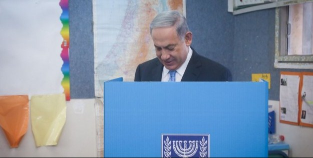 El Primer Ministro de Israel vota