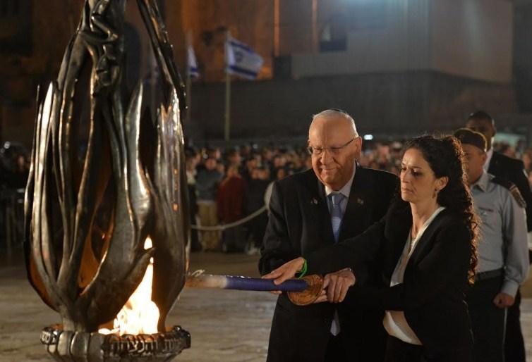 El Presidente Rivlin enciende una llama conmemorativa junto con la señora Moria Ashkenazi, viuda del sargento primero Yair Ashkenazi, quien cayó en combate durante la última Operación de defensa.