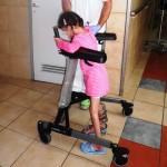 Niña siria gravemente herida, camina de nuevo, gracias a cirugía en un hospital de Israel