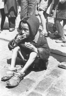 Niño judío en una acera del Guetto de Varsovia