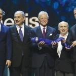 Michael Douglas recibió con profunda emoción el premio Génesis