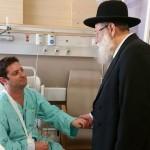 El Gran Rabino de Jerusalem visitó a heridos en el ataque anti-Gay