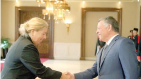 El Rey jordano saluda a la Embajadora israelí