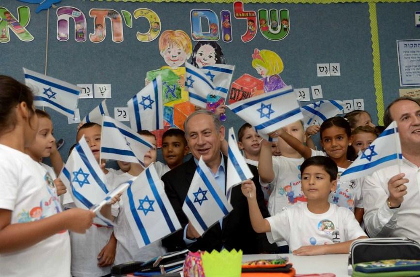 El Primer Ministro Netanyahu celebrando el inicio de lcases con alumnos de Primer Grado