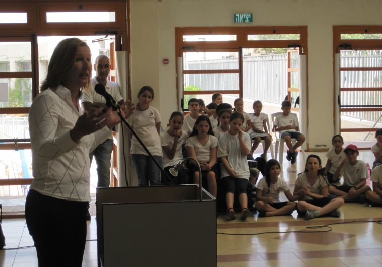 La parlamentaria y líder opositora Tzipi Livni dando su mensaje a alumnos de una escuela en Ashdod