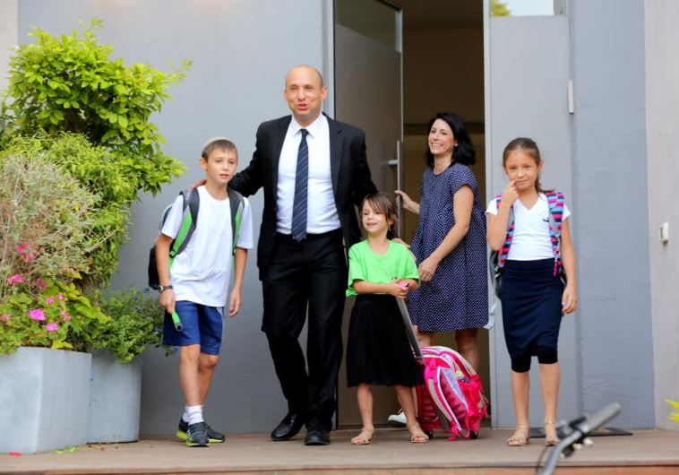 Ministro de Educación de Israel llevando a sus hijos a la Escuela