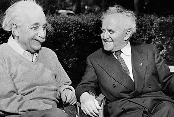 Einstein (izq) conversando con el primer Primer Ministro de Israel David Ben Gurion (der)