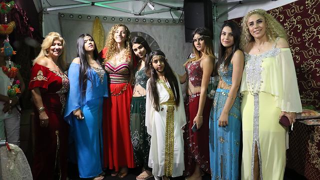 Familia Dahan con ropas típicas para la celebración