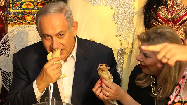 Ayelet Shaked ayuda a prepar mufletas en Beit She'an