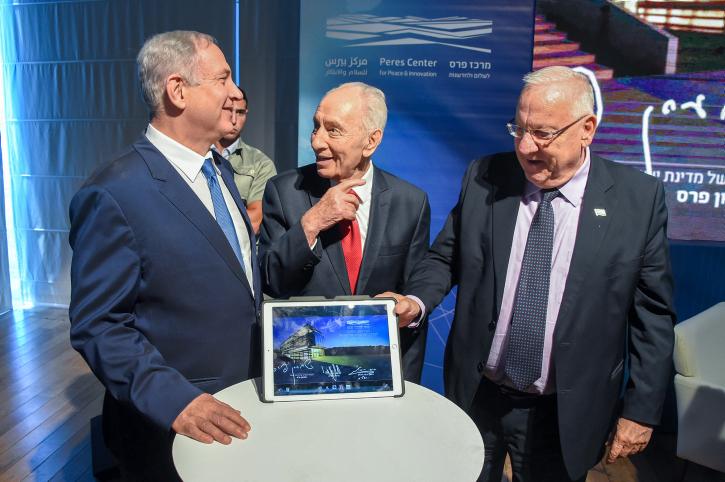 """Una de las últimas fotos oficiales de Shimon Peres Z""""L, tomada en julio de este año en oportunidad del establecimiento de un nuevo Centro de Innovación en el Centro Peres por la Paz."""
