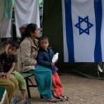 Mujeres nepalíes lesionadas esperan ser tratadas por médicos del ejército israelí en el hospital de campaña israelí el segundo día de su misión en Katmandú el 29 de abril de 2015.