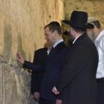 El primer ministro ruso inaugura su viaje a Israel con la visita al Muro de los Lamentos