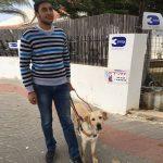 Rompiendo el tabú de la sociedad musulmana Perro lazarillo es protagonista en Nazaret