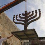 Emplazan una Januquiá en la explanada del Muro Occidental de Jerusalem, de cara a la festividad
